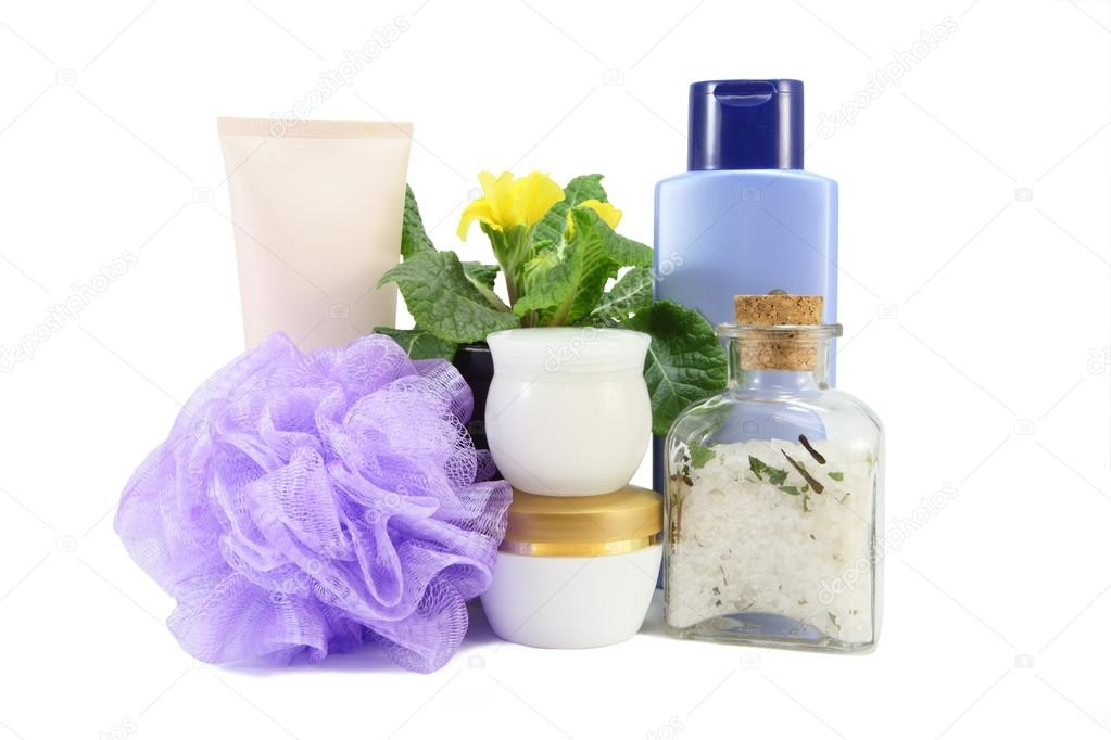 composizione bagno con sale marino, spugna e shampoo — Foto Stock ...