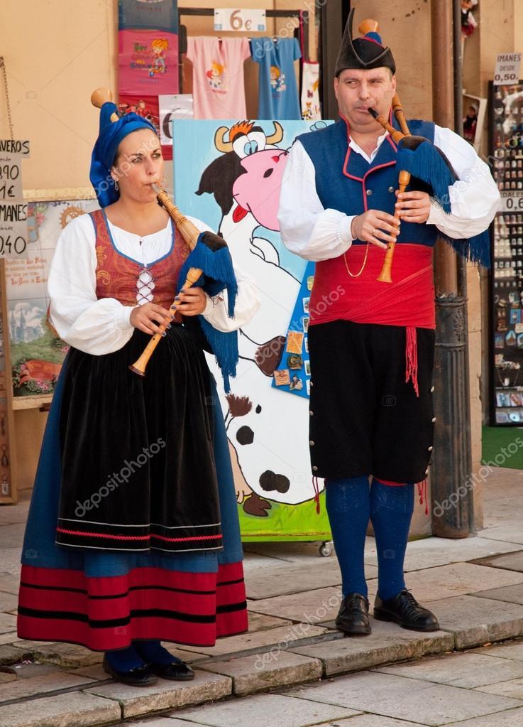En Su Ropa Oviedo Español AsturianaPueblo Tradicional 5qL4R3Aj