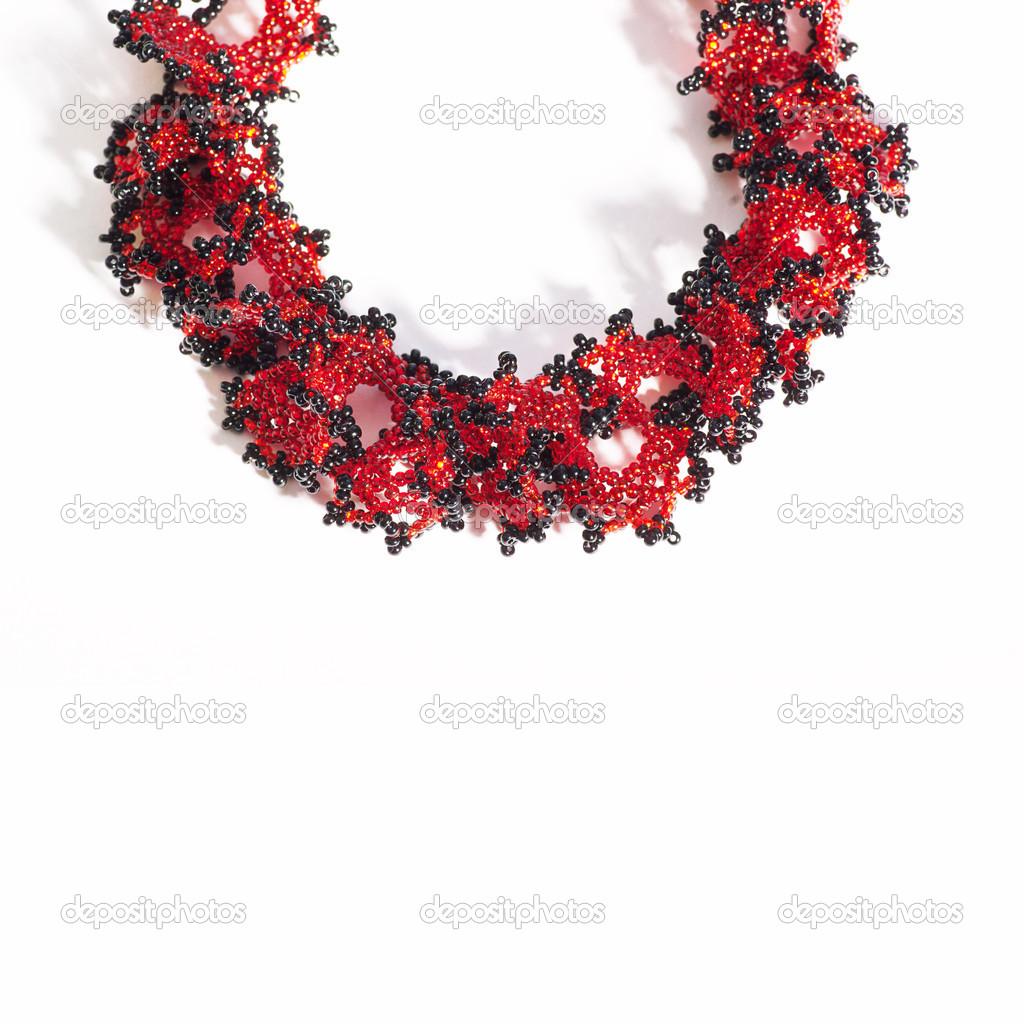 Genoeg rode en zwarte kralen ketting op wit — Stockfoto © amuzica #19066893 &DB08