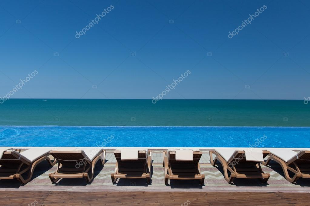 chaise-longue e piscina — Stock Photo © popovich-vl #17009919 on
