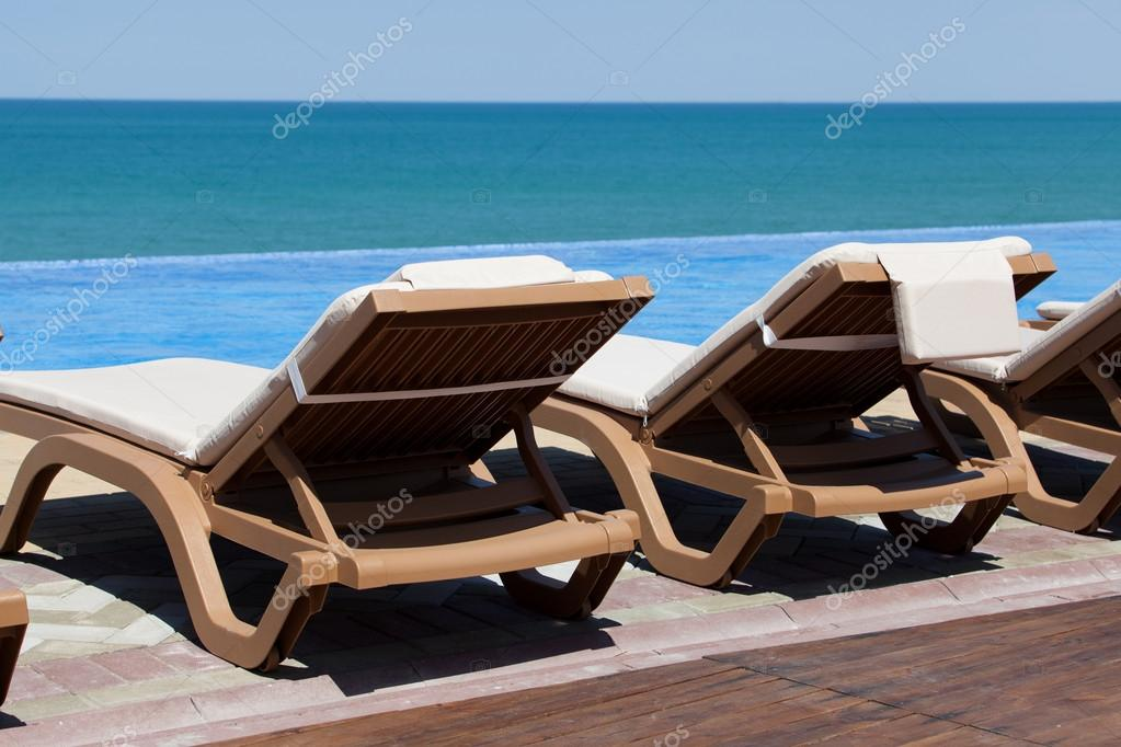 chaise-longue e piscina — Stock Photo © popovich-vl #17009923 on