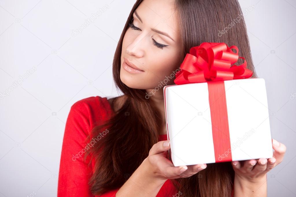 Portrait schönheit junges Mädchen mit Weihnachtsgeschenk — Stockfoto ...