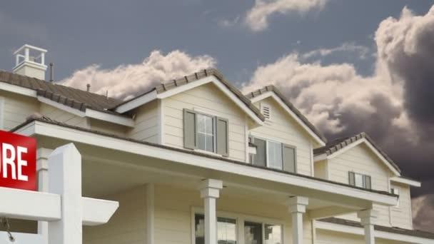 Time-Lapse mraky, vyloučení nemovitostí znamení a dům