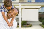 africká americká otec a syn smíšené rasy před nemovitostí prázdný znak a dům