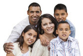 Boldog vonzó hispán családi portré, fehér