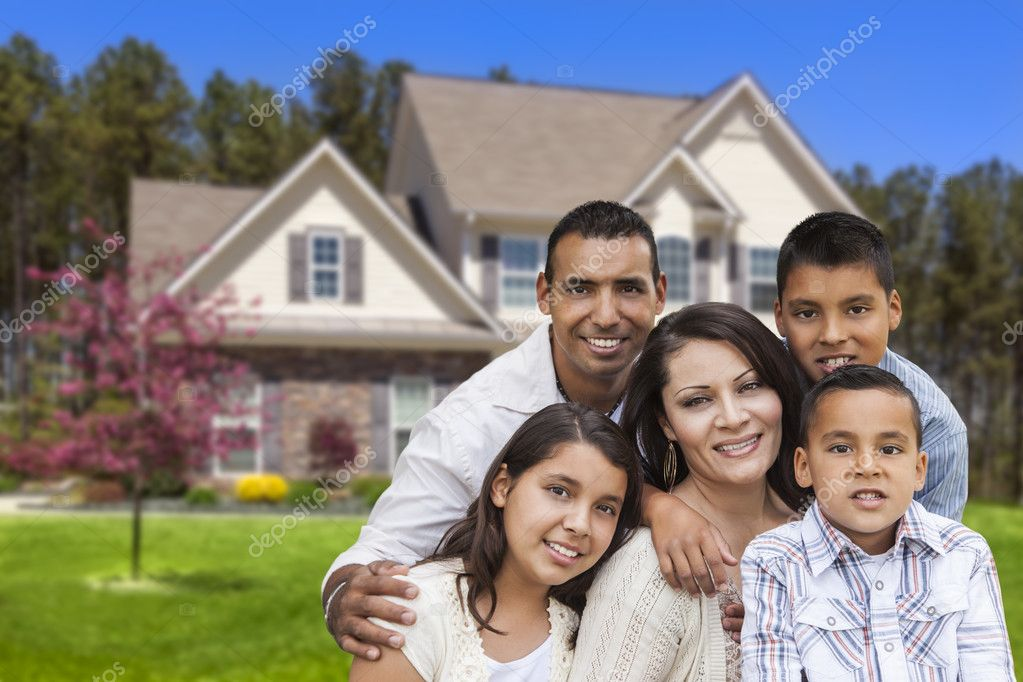 familia hispana frente hermosa casa — Fotos de Stock ...