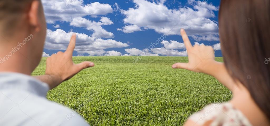 encuadre par las manos alrededor de espacio en el campo de hierba ...