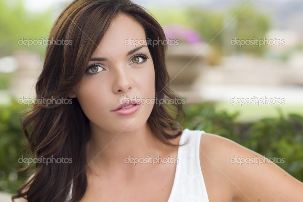 Belle Fille Metisse portrait de jeune fille jolie métisse à l'extérieur — photographie