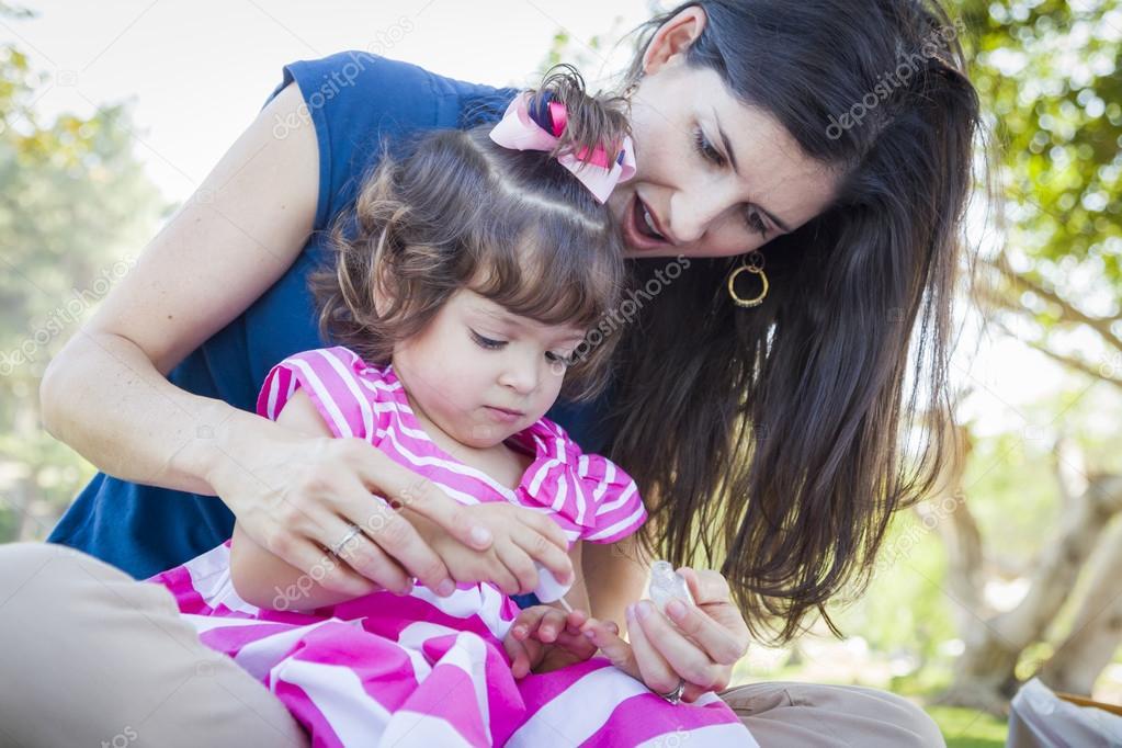 madre joven y linda niña aplicar esmalte de uñas — Foto de stock ...