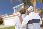 Boldog idősebb pár néztem a ház előtt