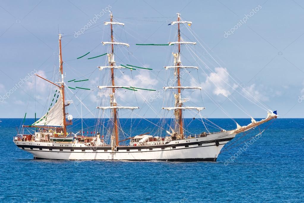 Segelschiffe auf dem meer  Segelschiff auf eine ruhige blaue Meer — Stockfoto © kmiragaya #27128625