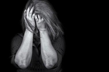 genç bir kadın ağlayarak depresyon şiddeti