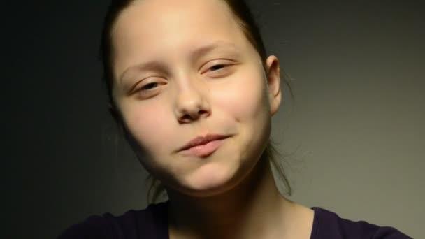 Dospívající dívka, žvýkačky a foukání bublin