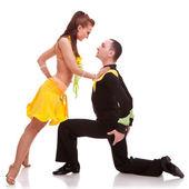 Frau Tänzer stützte sich auf knienden Mann
