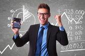 Üzletember mutat egy pozitív szám-adó