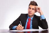 muž za stolem myšlení co psát