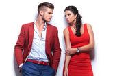 ležérní módní muž a žena při pohledu na sebe