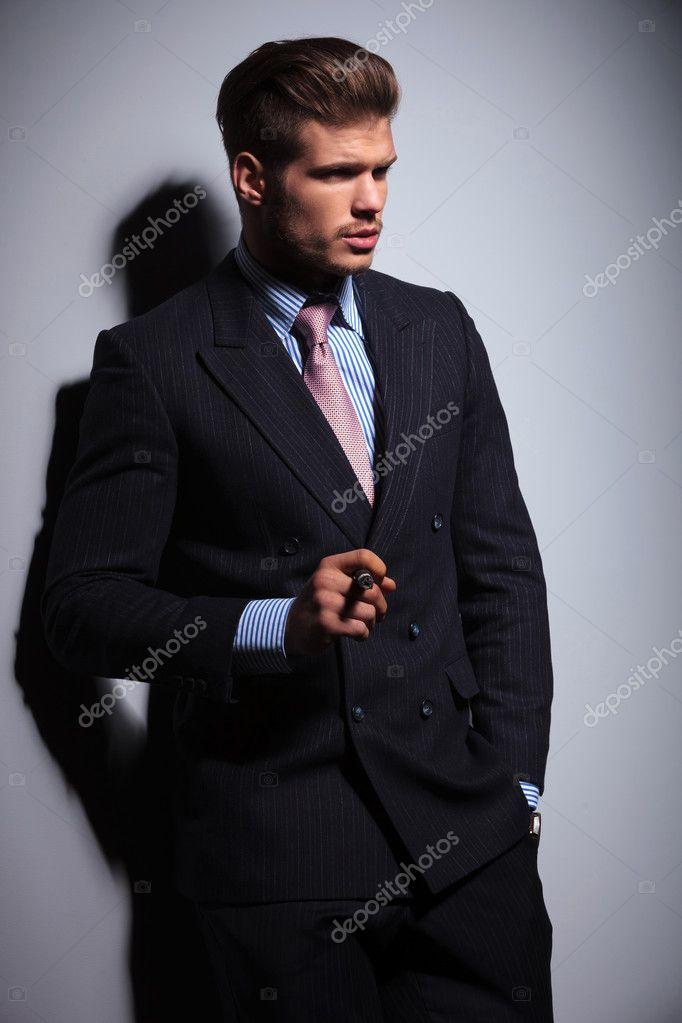 côté de l homme de la mode en costume-cravate, fumant un cigare ... 419255eaccf