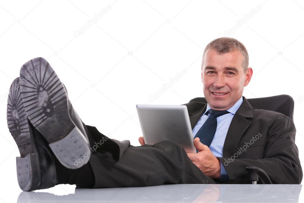 Coworking nantes les pieds sous le bureau entre canclaux