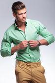 Fotografia uomo casuale sbottona la camicia