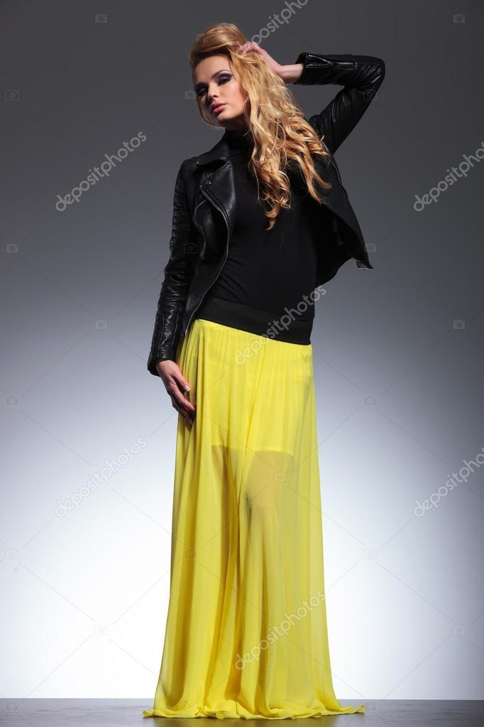 10c09b04899 Joven rubia con un vestido amarillo y chaqueta de cuero — Foto de Stock