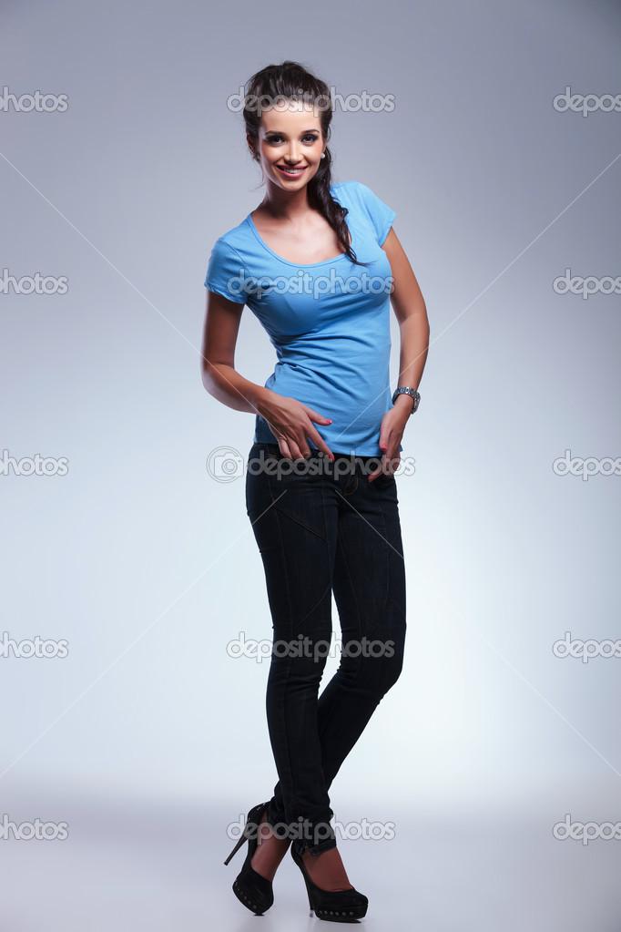 Ganzkörper-Bild einer jungen Frau der lässig — Stockfoto