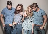 Fotografie Männer und Frauen stehen in lässiger Jeanskleidung zusammen
