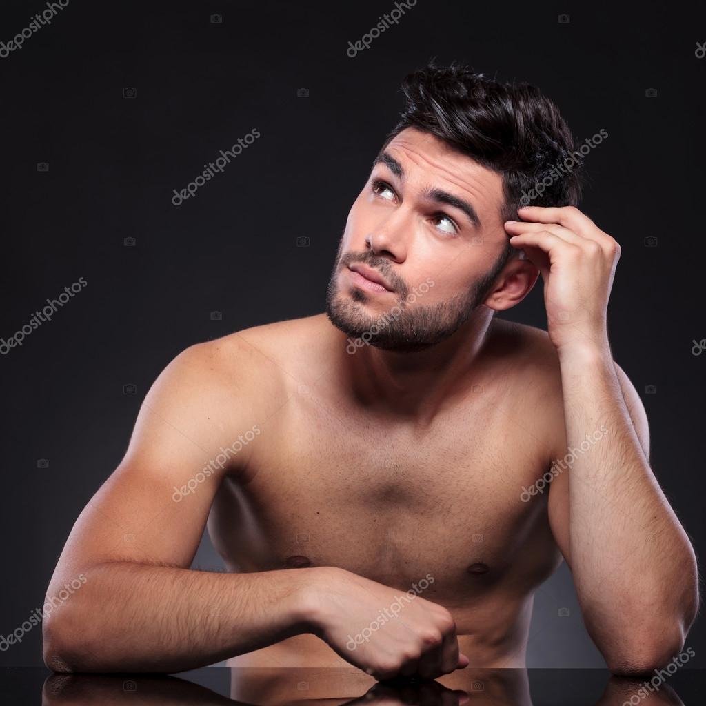 joven desnudo marrón