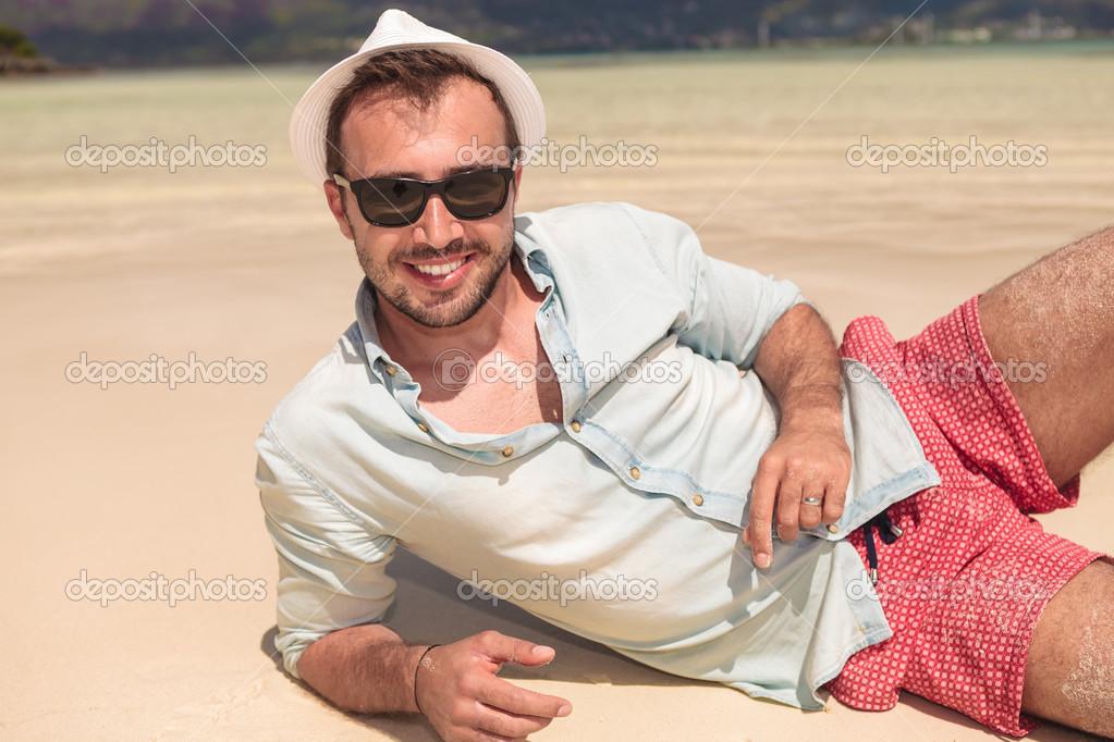 Sombrero Gafas Y Foto Tumbado La Playa De Hombre En — Sol Con 3A5jRL4