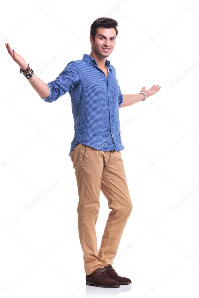 Ganzkörper-Bild von einem jungen lässig mann einladend