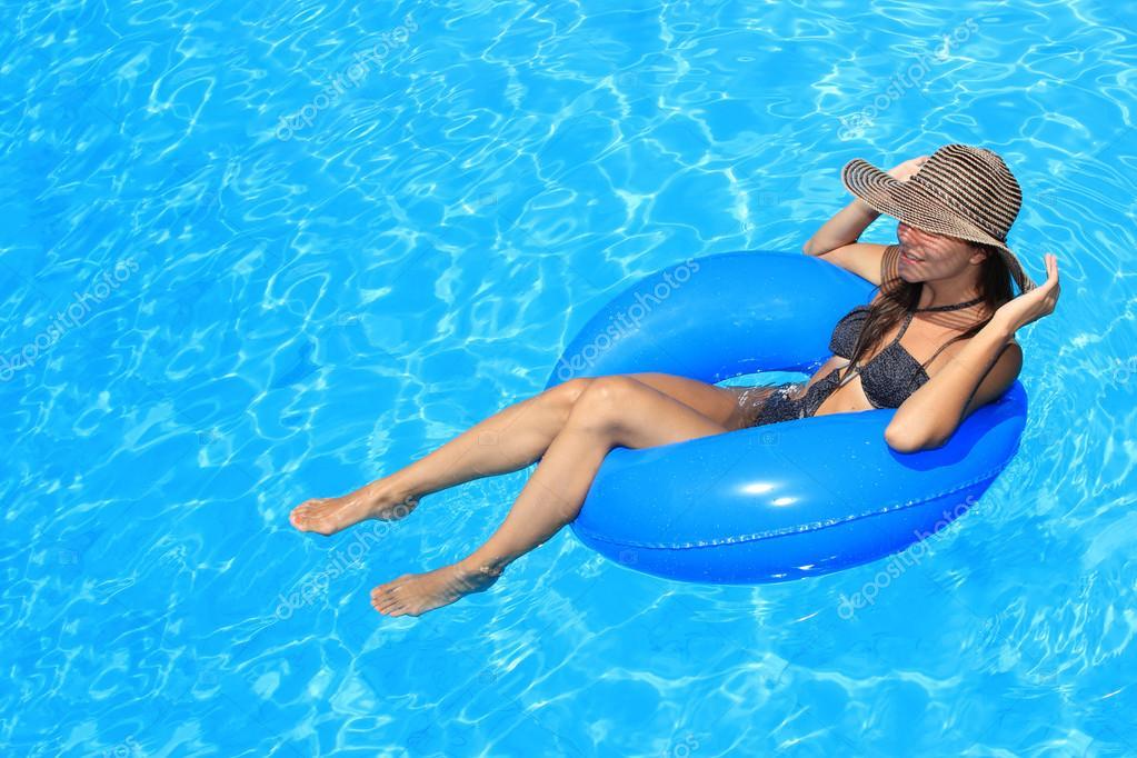 на что в бассейне девушки смотрят у парней термобелья