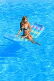 krásná mladá žena relaxaci v bazénu