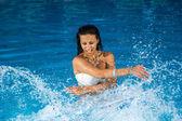 mladá krásná žena stříkající vody