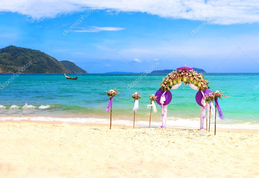 Flower decoration at the beach wedding