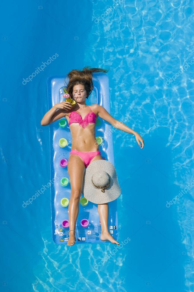 Фото девушки в бассейне на аву.