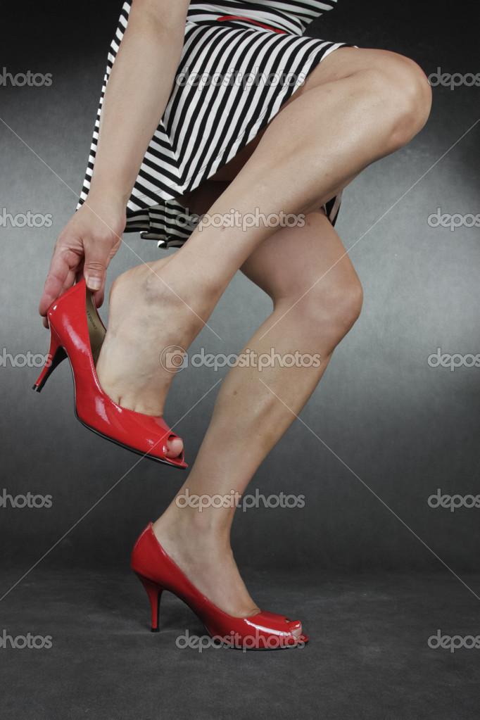 653e9a090eb kvinna fötter bär svart klackskor — Stockfotografi © Strobos #32675715