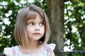 Fényképek aranyos lány, rövidre vágott haj haj
