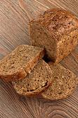 Plátky chleba brown na dřevěný stůl