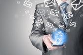 Fényképek Üzletember gazdaság szúró telefon, és küld e-mailt