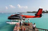 Fotografie červený hydroplán v docích Exotický resort na Maledivách