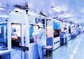 automatizované výrobní linky v továrně moderní solárního křemíku