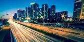 lehké sjezdovky na moderní město za soumraku v Pekingu, Čína
