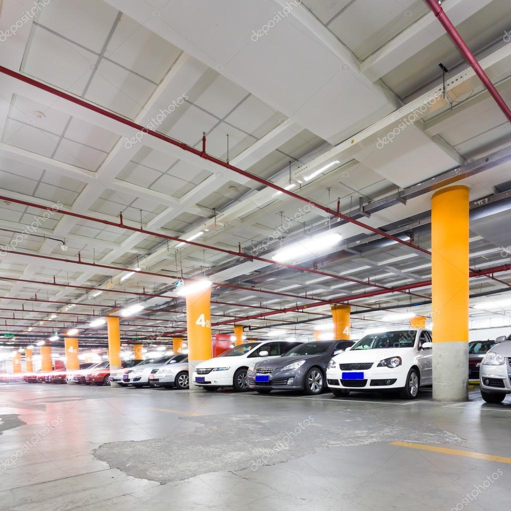 Gara podziemny wn trze z kilku zaparkowanych samochod w - Garage sotterraneo ...