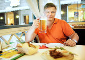 muž pít pivo
