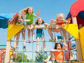 glückliche Kinder spielen im freien