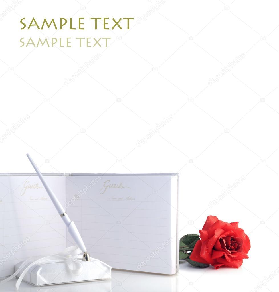 Une Belle Rose Rouge Avec Des Gouttelettes D Eau Et Livre D
