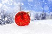 červená vánoční koule na bílém pozadí