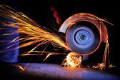 Fotografie pracovník řezání kovu s mlýnek