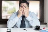 zoufalý muž v kanceláři