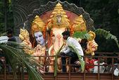 Ganéša idoly jsou přepravovány k ponoření